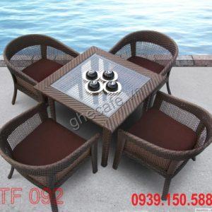 Bạn có thể chọn những bộ bàn ghế có kích thước đủ 4 người ngồi nhé!