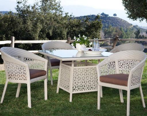 Tại sao nên sử dụng bàn ghế café giả mây cho không gian sân vườn